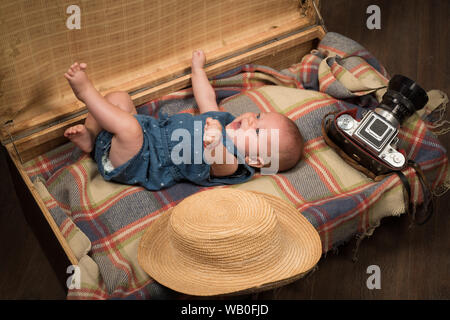 Schönen baby Bump. Familie. Kinderbetreuung. Süße kleine Baby. Neues Leben und Geburt. Portrait von glücklichen kleinen Kind. Kleine Mädchen im Koffer. Reisen und - Stockfoto