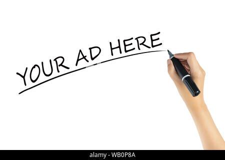 Hand schreiben Wort Ihre Anzeige hier Markierstift mit schwarzer Farbe auf weißem Hintergrund. Raum der Werbung für Marketing Konzept