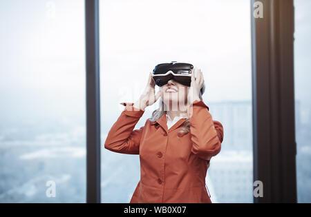 Frau im Büro tragen Virtual reality Headset - Stockfoto