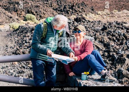 Active Senior Paar in Trekking und Reisen Urlaub Outdoor Freizeitaktivitäten Aktivität zusammen Suche eine Karte für die Planung der Reise - alte Menschen mit Spaß haben - Stockfoto