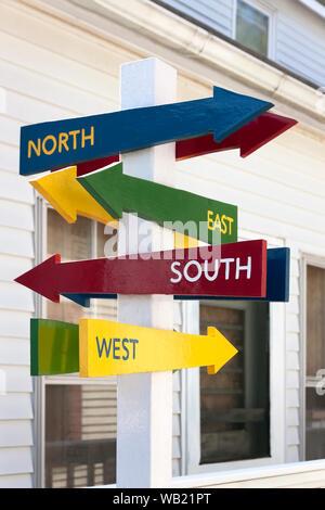 Schilder mit Norden, Süden, Osten und Westen Pfeile in verschiedene Richtungen. - Stockfoto