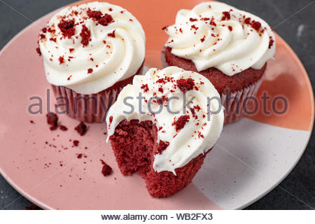 Red Velvet Cupcakes mit Frischkäse Puderzucker - Stockfoto