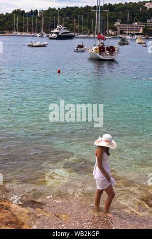 Lady Paddel durch den Hafen, Hvar, Split-dalmatien, Kroatien. MODEL RELEASED - Stockfoto