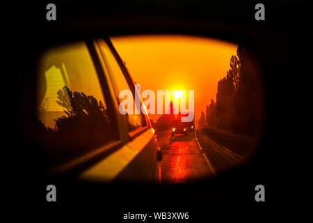 Reisen mit dem Auto, Sonne in den Spiegel shining - Stockfoto