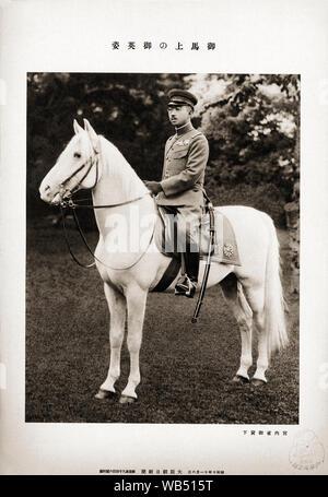 [1930er Jahre Japan - Kaiser Hirohito auf weißem Pferd] - Formale Portrait von Kaiser Showa (1901-1989) auf einem weißen Pferd. Kaiser Showa, der 124 zum Kaiser von Japan (1926 - 1989), liegt im Westen von seinem persönlichen Namen, Hirohito bekannt. Plakat veröffentlicht von Osaka Asahi Shimbun am Nov 6, 1935 (Showa 10). 20. jahrhundert Vintage Poster. - Stockfoto