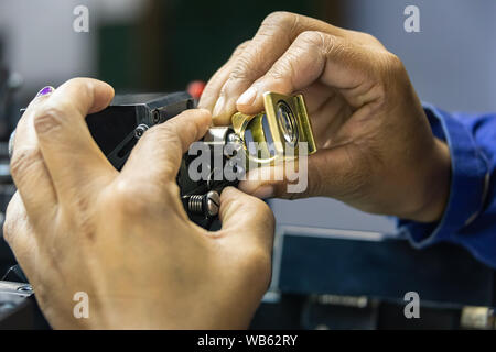 Einstufung der Klarheit über Diamanten, Mikroskop und Lupe, afrikanische Frau arbeiten - Stockfoto
