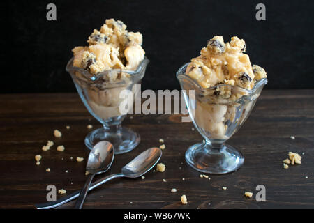 Vegan gesalzen Karamell Plätzchenteig Eisbecher - Stockfoto