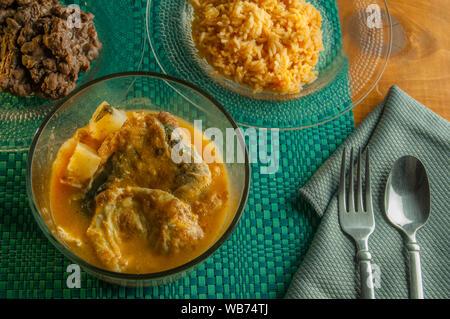 Chiles rellenos in einer Suppe mit Bohnen und mexikanische Reis, als Teil der mexikanischen kulinarischen Traditionen - Stockfoto