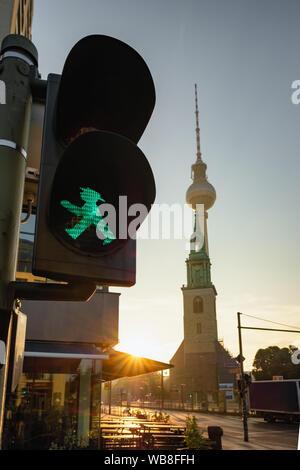 Grüne Ampelmann auf Berlin Ampel mit Fernsehturm Berlin oder Berliner Fernsehturm im Hintergrund - Stockfoto
