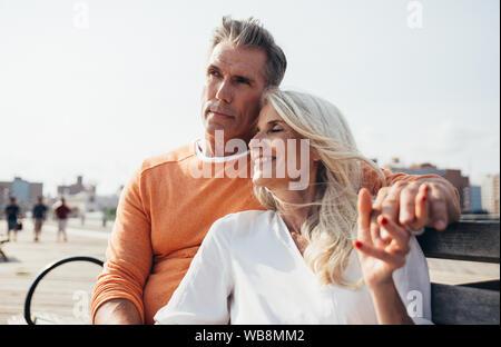Gerne älteres Paar die Zeit am Strand. Konzepte über Liebe, Dienstalter und Menschen - Stockfoto