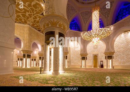 Blick Richtung Mihrab, Interieur der wichtigsten Gebet Hall, Sheikh Zayed Moschee, Abu Dhabi, Vereinigte Arabische Emirate - Stockfoto