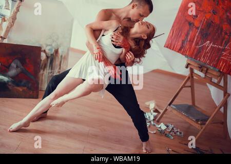 Zwei junge moderne Tänzer zeigt die zeitgenössischen Techniken in - Stockfoto