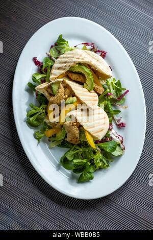 Pita Brot mit Hähnchen und Salat. - Stockfoto