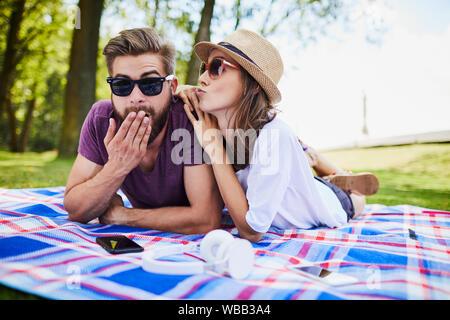 Junges Paar auf Picknick, verspielt und gemeinsam Spaß haben - Stockfoto