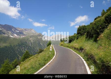 Italien, Nationalpark Stilfser Joch. Berühmte Straße zu Gavia Pass in der Ortlergruppe. Alpine Landschaft. - Stockfoto