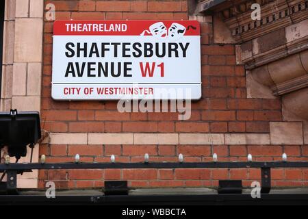 LONDON, Großbritannien - 6. JULI 2016: Shaftesbury Avenue Theatreland Zeichen in London, UK. London ist die bevölkerungsreichste Stadt in Großbritannien mit 13 Millionen Menschen - Stockfoto