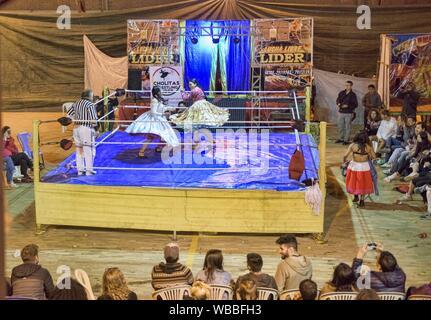 Cholita wrestling (Lucha Libre) in La Paz, Bolivien. - Stockfoto