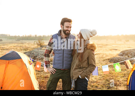 Foto von glückliches junges Paar außerhalb mit Zelt im Freien alternative Ferienhäuser Camping über Berge. - Stockfoto