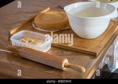 Ingredienst und Werkzeuge für das Backen eines Kuchens - Stockfoto