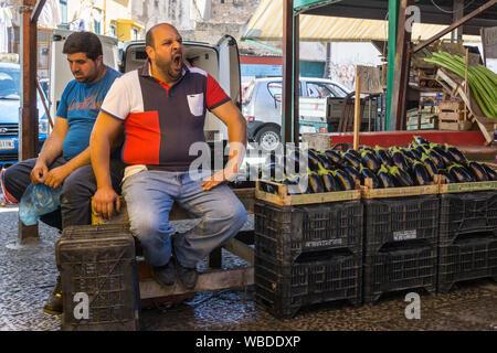 Auberginen für den Verkauf in den Ballaro Markt in der Albergheria Stadtteil Palermo, Sizilien, Italien. - Stockfoto