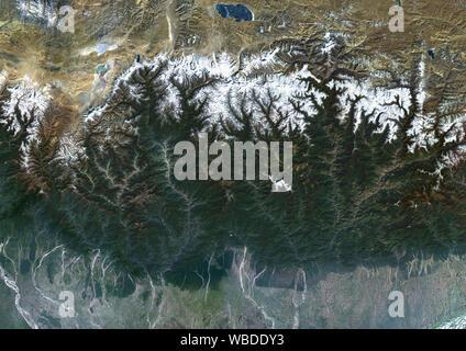 Farbe Satellitenbild von Bhutan im Östlichen Himalaya. Dieses Bild wurde aus Daten von Sentinel-2 & Landsat 8 Satelliten erfassten zusammengestellt. - Stockfoto
