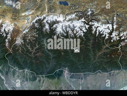 Farbe Satellitenbild von Bhutan (mit administrativen Grenzen) im Östlichen Himalaya. Dieses Bild wurde aus Daten von Sentinel-2 & Landsat 8 Satelliten erfassten zusammengestellt. - Stockfoto
