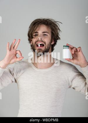 Drogen- und Stärkungsmittel, Schlaflosigkeit. Gesundheit und Medizin, Kater. Mann mit Pillen in jar. Erkältung, Grippe und Kopfschmerzen Behandlung, hypnotischen Tablet. Diät pi - Stockfoto