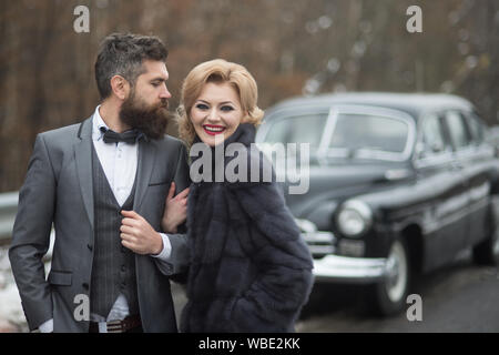Junges Paar mit dem Auto auf Urlaub. - Stockfoto