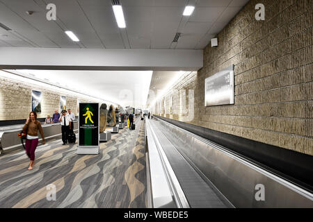 Leute, die in der Flur am Hartsfield Jackson Atlanta International Airport - Stockfoto