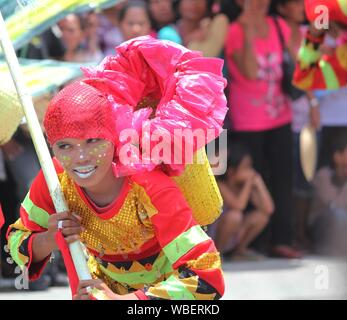 Davao City, Philippines-August 2014: Mittellange Nahaufnahme von einer Parade Teilnehmer in aufwendigen Kostüm und Headress. Kadayawan gefeiert. August jedes Ihr - Stockfoto