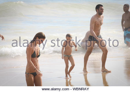 Rio De Janeiro, Brasilien - Italienische socialite Bianca Brandolini D'Adda genießt den Strand in Rio mit neuen Freund. AKM-GSI, 10. März 2013 - Stockfoto