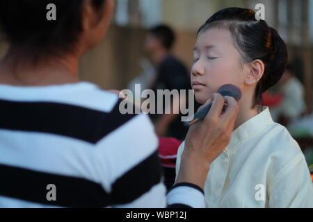 Artist Make Up Artist Anwendung Make-up mit Bürste an Mädchen - Stockfoto