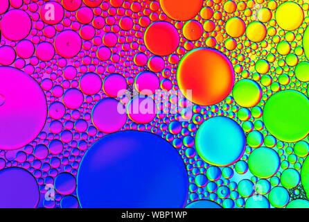 Bunt gefärbte Kuppel Muster von Öl auf dem Wasser schwimmend gebildet - Stockfoto