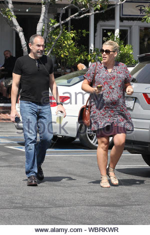 """West Hollywood, CA - Busy Philipps ist ein Mittagessen mit einem Freund in West Hollywood in der Fred Segal. Die """"Cougar Town"""" Schauspielerin ist derzeit schwanger mit ihrem zweiten Kind und trägt es gut.,,, AKM-GSI, 3. April 2013 - Stockfoto"""