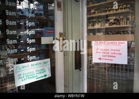 Ehrlichkeit, Shop, Upton bei Severn Worcestershire UK. HOMER SYKES