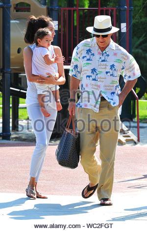 Beverly Hills, CA - Bruce Willis und Emma Heming ging für einen morgendlichen Spaziergang rund um die 90210 und beschlossen, an der Coldwater Park mit ihren niedlichen Baby Mabel Ray Willis, das Trio schaute glücklich zu stoppen und genossen die warmen Kalifornien Wetter an diesem wunderschönen Sonntag. AKM-GSI, 30. Juni 2013 - Stockfoto