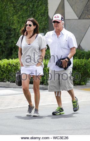 Malibu, CA - Schauspieler Dustin Hoffman und Frau Lisa machen sich auf den Weg zurück zum Auto nach dem Mittagessen bei Marmelade Cafe in Malibu. AKM-GSI, 13. Juli 2013 - Stockfoto