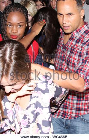 """West Hollywood, CA - Selena Gomez hielt ihre abgedeckt und wurde von Freunden und Sicherheit umgeben, als sie ihren 21. Geburtstag Feier an der Bagatelle zog. Der Geburtstag Mädchen wurde von 'Spring Leistungsschalter """"Co-star Ashley Benson und mehr an ihre Partei in West Hollywood. AKM-GSI, 22. Juli 2013 - Stockfoto"""