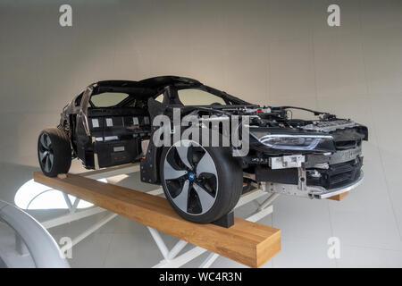 BMW ich 8 Rohkarosserie Auto Karosserie mit Batteriefach, BMW-Museum, befindet sich neben dem BMW-Werk in München, Bayern, Deutschland. - Stockfoto