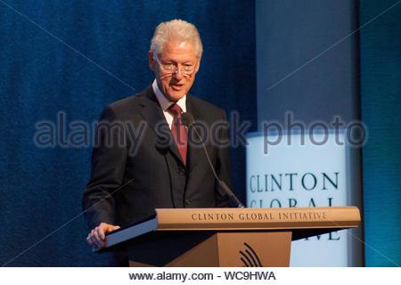 """New York, NEW YORK - der ehemalige Präsident der Vereinigten Staaten Bill Clinton spricht bei der Eröffnung der jährlichen Clinton Global Initiative"""" (CGI) Konferenz in New York. Bono war ein Gastredner, und Bill Tochter Chelsea auch nahmen an dem Seminar teil. AKM-GSI, 24. September 2013 - Stockfoto"""