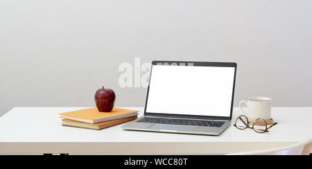 Minimale Workplace Konzept: Öffnen Sie den leeren Bildschirm Laptop mit Büromaterial und Dekorationen - Stockfoto