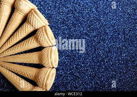 Direkt oberhalb der Schuß von Eistüten auf schwarzem Hintergrund - Stockfoto