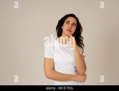 Portrait von Happy charmanten lateinischen junge Frau mit langen schwarzen Haaren Denken neue Ideen oder der Planung zukünftiger, Geburtstagsüberraschung wandering, wie Sie es tun. T-Stück - Stockfoto