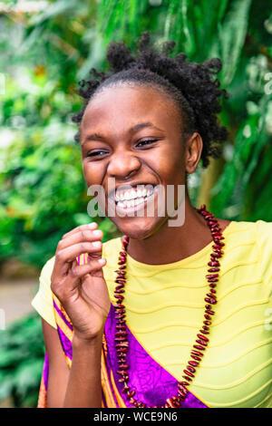 Junge afrikanische amerikanische Frau im Green Park lächelnd - Stockfoto
