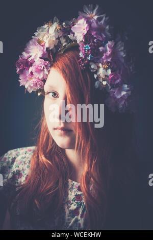 Portrait von Mädchen mit Blumen Girlande - Stockfoto