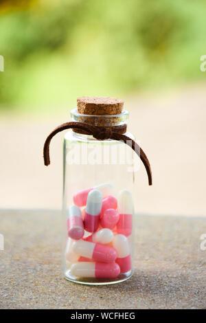 Nahaufnahme der Pillen in Jar - Stockfoto
