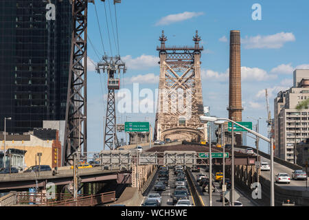 Queensboro Bridge, Aussicht im Sommer des Verkehrs auf der Manhattan Seite der Ed Koch Queensboro Bridge, New York City, USA Stockfoto