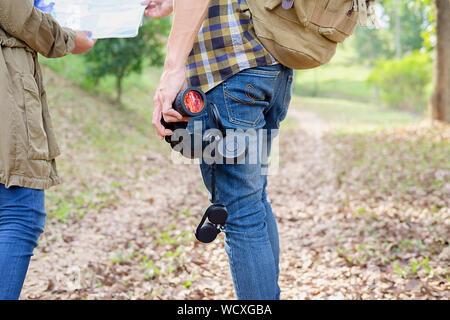 Mann und Frau sind Wanderer Wandern in den Bergen inspirierende Landschaft. Junges Paar camping, Karte und Planung Reise suchen oder verloren gehen. Gesunde fitne - Stockfoto
