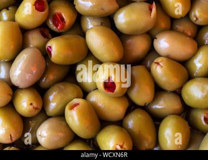 Full Frame Geschossen von Oliven gefüllt mit roten Chilischoten zum Verkauf - Stockfoto