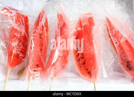 Nahaufnahme der Wassermelone auf Eis - Stockfoto